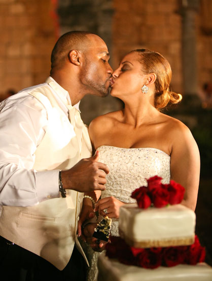 Quiero Mi Boda: Season 3 Rosi & Jean - Kissing before some wedding cake.
