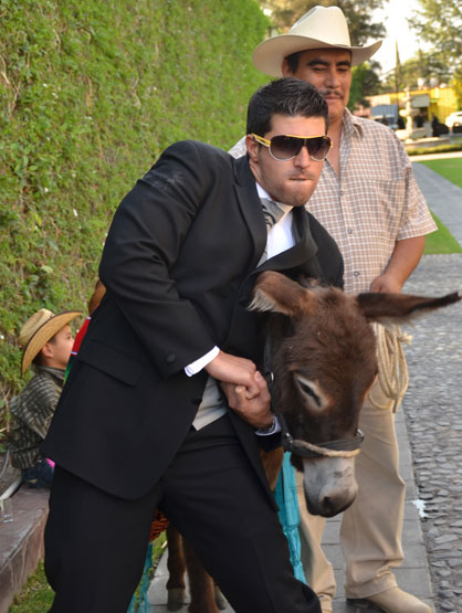 Quiero Mi Boda Season 3: Kendra and Moises - Posing with the donkey