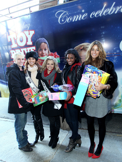 Holiday Spirit - : Aaron Carter, Alyssa Campanella, Danielle Doty, Leila Lopes and Kelly Bensimon attend CitySights NY's 2nd annual Holiday Joy Toy drive.