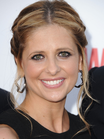 Hottest Moms in Hollywood - <i> Ringer <i/> star, Sarah Michelle Gellar is mom to Charlotte Grace Prinze. With her genetics, that girl is destined to be a heartbreaker... or she's just slay vampires.