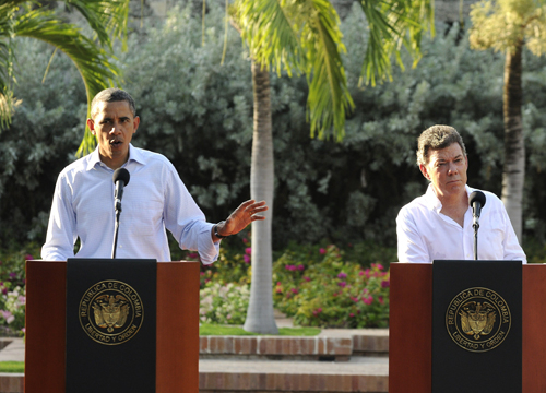 Faces and Places - 04.15.2012 The president of Colombia, Juan Manuel Santos (d), listens to his U.S. counterpart, Barack Obama (i) in a joint press conference, following a bilateral meeting in the Distinguished Guest House as part of the activities of the Sixth Summit of the Americas in Cartagena (Colombia). Obama said he would welcome a Cuba